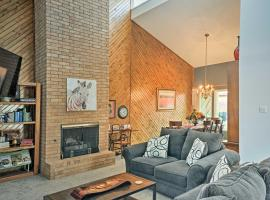 Lubbock Townhome with Grill -5 Mins to TTU & Downtown, vacation rental in Lubbock
