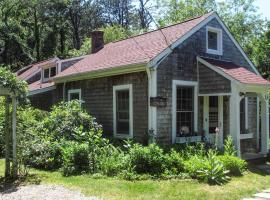 Private Brewster Cottage Near Beach and Harbor!, holiday home in Brewster