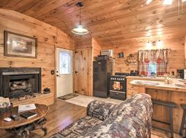 Cozy and Quiet Sevierville Studio with Deck and Fishing!, apartment in Sevierville