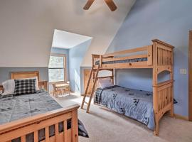 Peaceful Arnold Home with Hot Tub-Mins to Bear Valley, hotel in Arnold