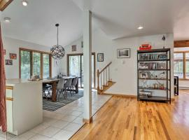 Modern Home with Deck, 5 Minutes to Windham Resort!, hotel in Windham