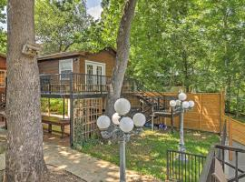 Cozy Seguin Studio Cottage with River Views and Balcony, hotel in Seguin