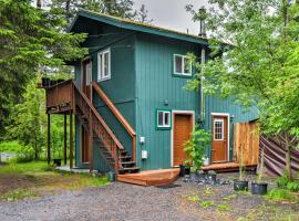 Seward Studio with Deck, Outdoor Dining & Mtn Views!, hotel v destinaci Seward