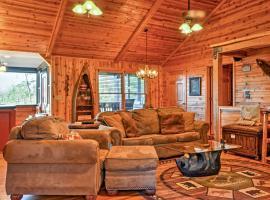 Rustic Cabin with Hot Tub 2 Mi to Unicoi State Park, Ferienunterkunft in Sautee Nacoochee