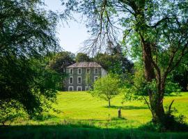 Ardnavaha House - Poolside Cottages, hotel in Clonakilty