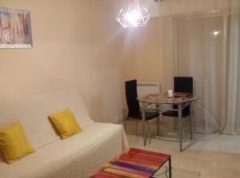 STUDIO 3mn A PIED DE LA PLAGE AVEC TERRASSE, budget hotel in Antibes