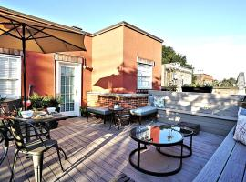 Sprawling Penthouse with Rooftop Deck Blocks from the River, vacation rental in Savannah