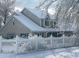 Private 2-Story Home 10 Miles to Bryce Canyon, hotel in Tropic