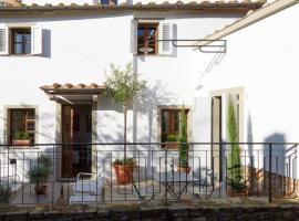 Private In-Town 18th Century Home - The Writer's Cottage - Cortona Area Property, hotel a Castiglion Fiorentino