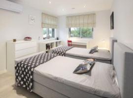 Casa Azenhaga - 100m from the beach - magnificent 3 bedroom villa sleeps 8 with amazing sea views, hotel en Ferragudo