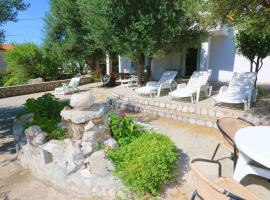 Apartments by the sea Jakisnica, Pag - 10428, hotel in Lun