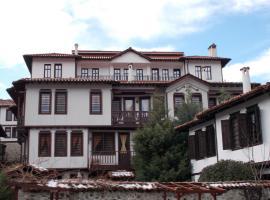 """Апартхотел """"Старият Град"""" в етнографски комплекс, apartment in Zlatograd"""