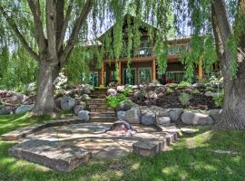 'River's Edge' 6BR Glenwood Home w/Private Hot Tub, hotel in Glenwood Springs