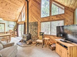 Welcoming Family Retreat with Rec Center Access&Deck, hotel in Arnold
