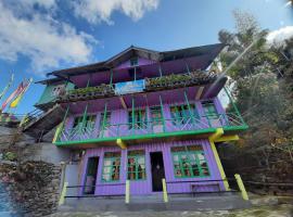 Hollyhocks, hotel in Rishop