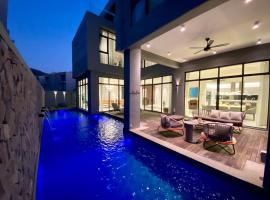Molly Luxury Private Pool Bungalow茉莉的家豪华私人泳池别墅, villa in Pantai Cenang
