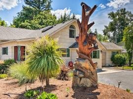 Riverfront Grants Pass Home with Pool and Yard!, hotel in Grants Pass