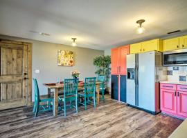 Bright, Renovated Apartment with Views of Pikes Peak, apartment in Colorado Springs