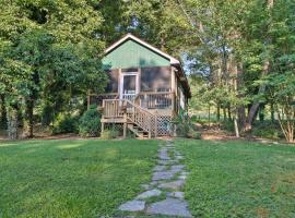 'Heartwood Cottage' 2 Mi from Blue Ridge Parkway!, apartment in Asheville