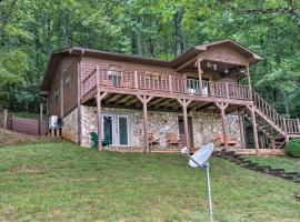 Franklin Family Home with 2 Decks and Fire Pit!, hotel in Franklin