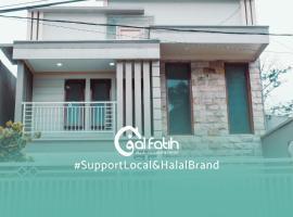 Villa Alfatih For Moeslim and Family Only - 2 Bedrooms, villa in Batu