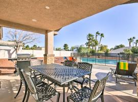 Updated Las Vegas House with Patio, Solar Heated Pool, hotel in Las Vegas
