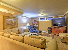 S Park Hill Apt Walking Distance to City Park!, apartment in Denver