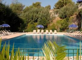 Appartement avec terrasse et piscine chauffée, budget hotel in Saint-Raphaël