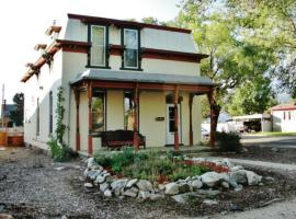 Gorgeous Victorian Salida House with Mountain Views!, hotel in Salida