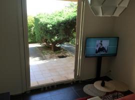 studio rénové climatisé piscine parking, hotel in Cogolin