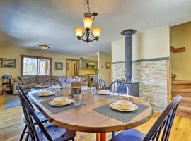 Spacious Mountain Escape Cabin with Pvt Hot Tub, hotel in Grand Lake