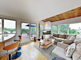 New Listing! Beautiful Hilltop Bay-View with 2 Decks, Near Beach condo, apartment in Provincetown