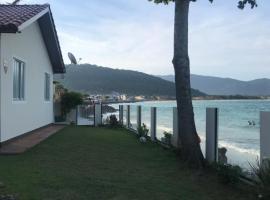 Casa praia frente ao mar, casa de temporada em Florianópolis