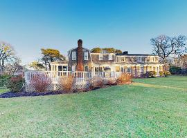 New Listing! Grand 1-Acre Oyster Pond Estate home, holiday home in Chatham
