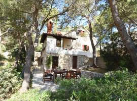 Villa Thalassina - 20m to the Sea & Beach, Sleeps 6 - 14, hotel in Milna