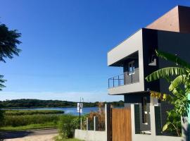 FLAT moderno e aconchegante com linda vista para Lagoa e ao lado da Praia - Lagoinhas Guest House, villa in Florianópolis