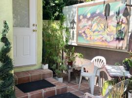 Private & Quiet En-Suite with own entrance! Strictly NON-smokers only!!!, B&B in Los Angeles