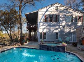 Lake Austin Luxury Guesthouse Cabin Retreat & Modern Farmhouse Suite, B&B in Austin