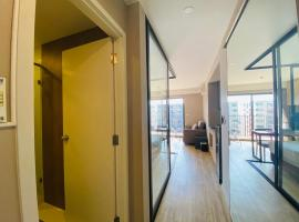 Blossom condo at Sathorn Studio Twin bed room nearby the Surasak BTS, apartment in Bangkok