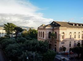 AL TEATRO VERDI LUXURY APARTMENT, luxury hotel in Salerno