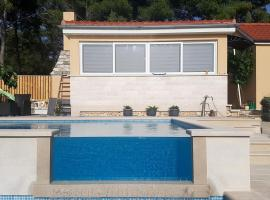 Seaside family friendly house with a swimming pool Cove Smokvina, Brac - 18003, hotel in Milna