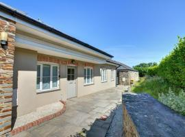 Lovely holiday home in Edmonton with Garden, hotel in Wadebridge