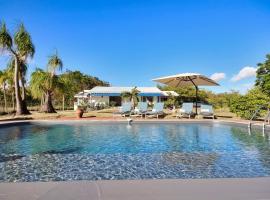 Villa Les Caramboles : 4 ch, vue rocher du Diamant, piscine, accès plage direct, hôtel au Diamant