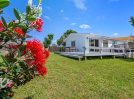 Pohutukawa Breeze - Papamoa Beach Holiday Home, hotel in Papamoa