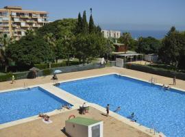 con vistas al mar y la piscinas!!, hotel en Benalmádena