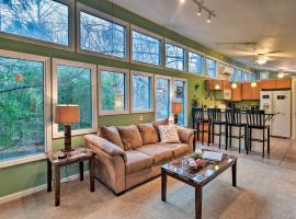 Artist's Mtn Retreat More Than 6 Mi to DT Asheville!, apartment in Asheville