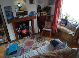 Cosy quirky terraced cottage, hotel in Bridport