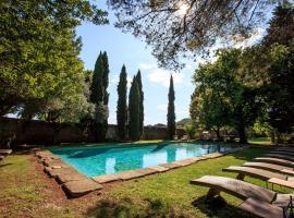Domaine Des Escaunes, hotel near Pont du Gard, Sernhac