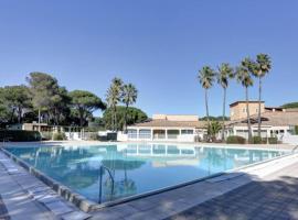 Studio dans une résidence privée Saint-Raphaël, hotel with pools in Saint-Raphaël