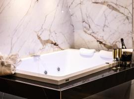 Municipio Luxury Suite, guest house in Naples